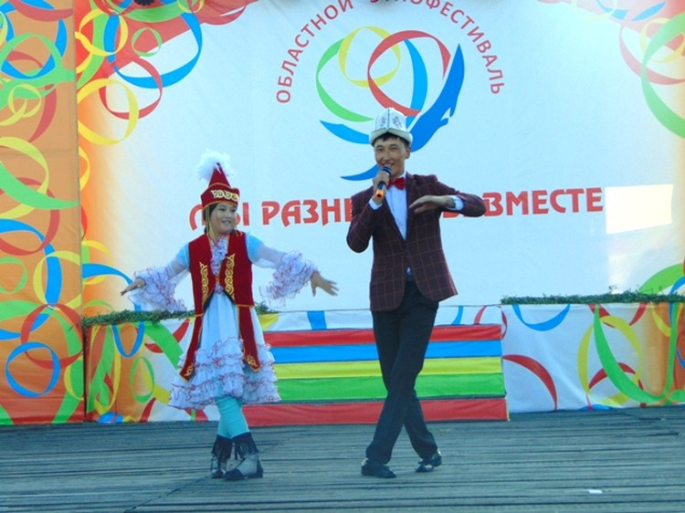 Впервые на этнофестиваль приехали гости из Киргизского национально-культурного центра в Иркутске. Их заводные песни и танцы встречали на ура.