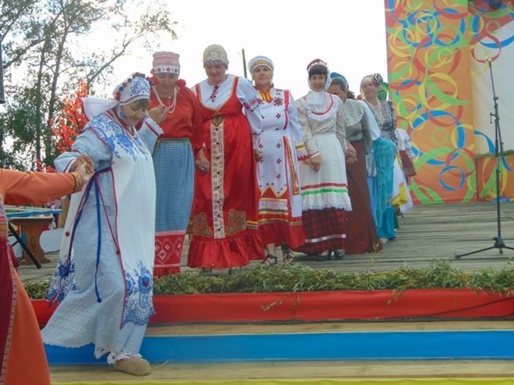 Дефиле в национальных костюмах - самая зрелищная часть гала-концерта. Красавицы, взявшись за руки, проходят мимо зрителей