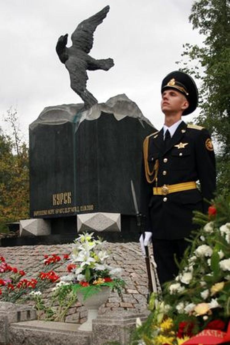 Большая часть экипажа была похоронена в Питере на Аллее Героев Серафимовского кладбища.