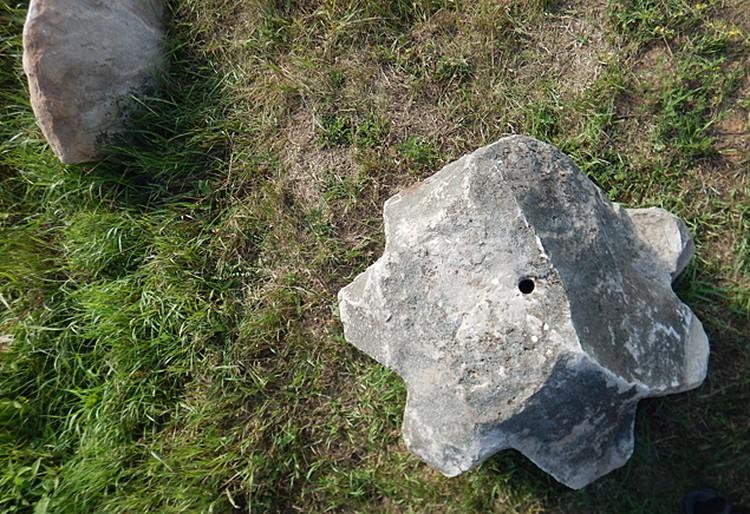 Каменные шестеренки со сквозными круглым и треугольным отверстиями. Фото - Николай Субботин
