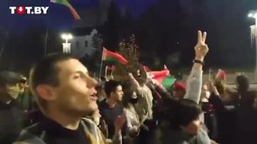 Протестующие и сторонники Лукашенко встретились на одной улице. И разошлись