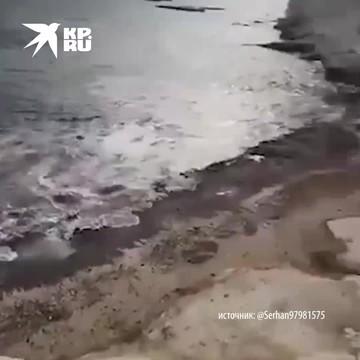 Большая волна цунами идет в Измире после того, как отступила вода.