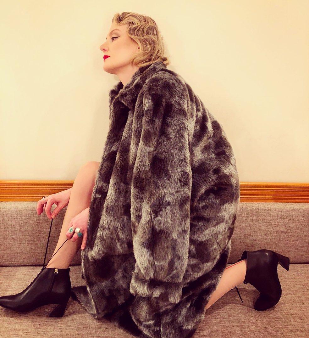 С такими полушубками носят минимум аксессуаров, и как Рената Литвинова делают акцент на длинные и стройные ноги.