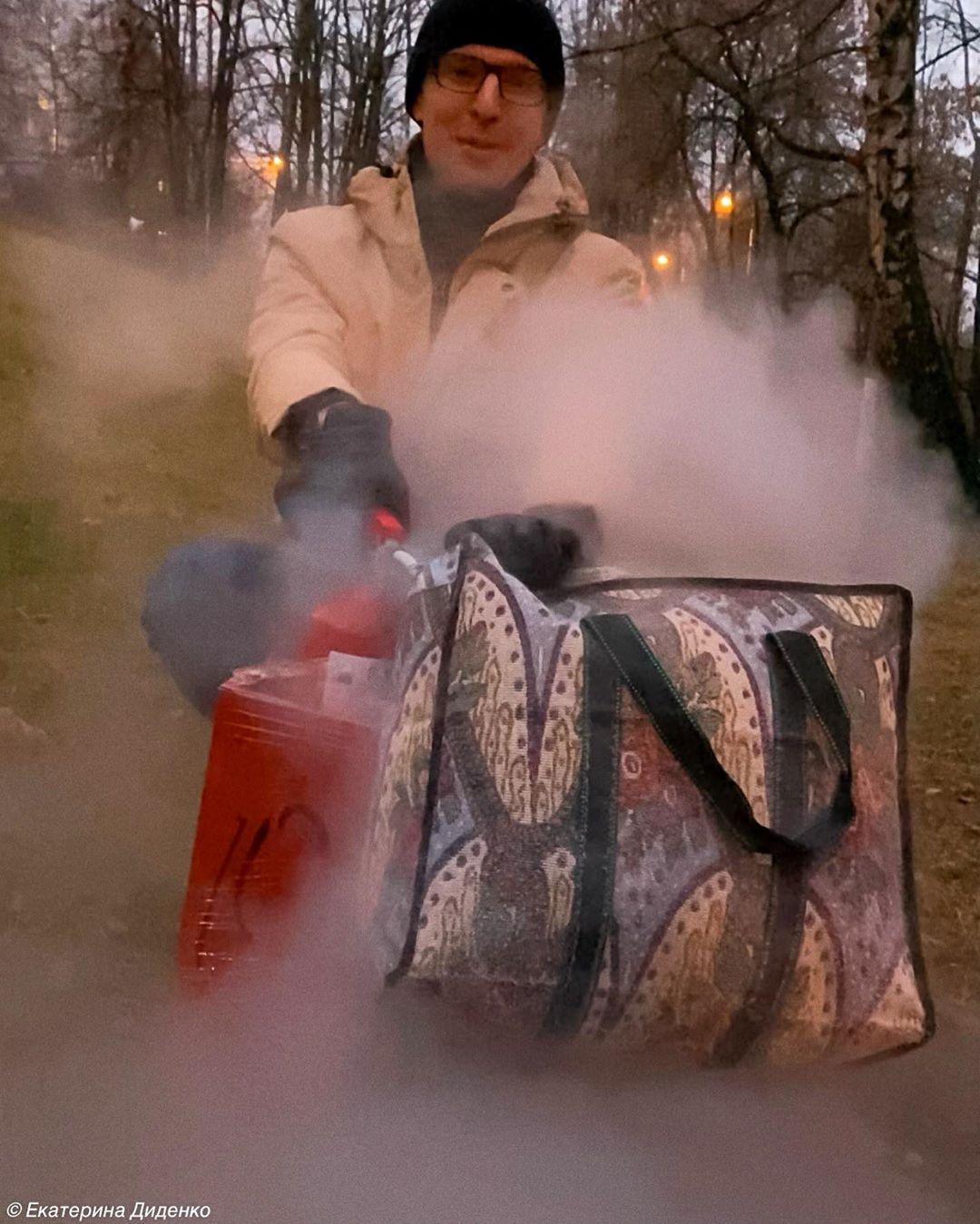Неожиданно, да? На фото один Валя! Залайкаете его с дебютом?) Произошёл прорыв: он сам придумал, сам все купил, и провёл эксперимент, а не я) Видели в сториз? Это просто бомба: Что получится, если взять огнетушитель, сумку, швабру. Поджечь.... И реально, получается бомба!!!