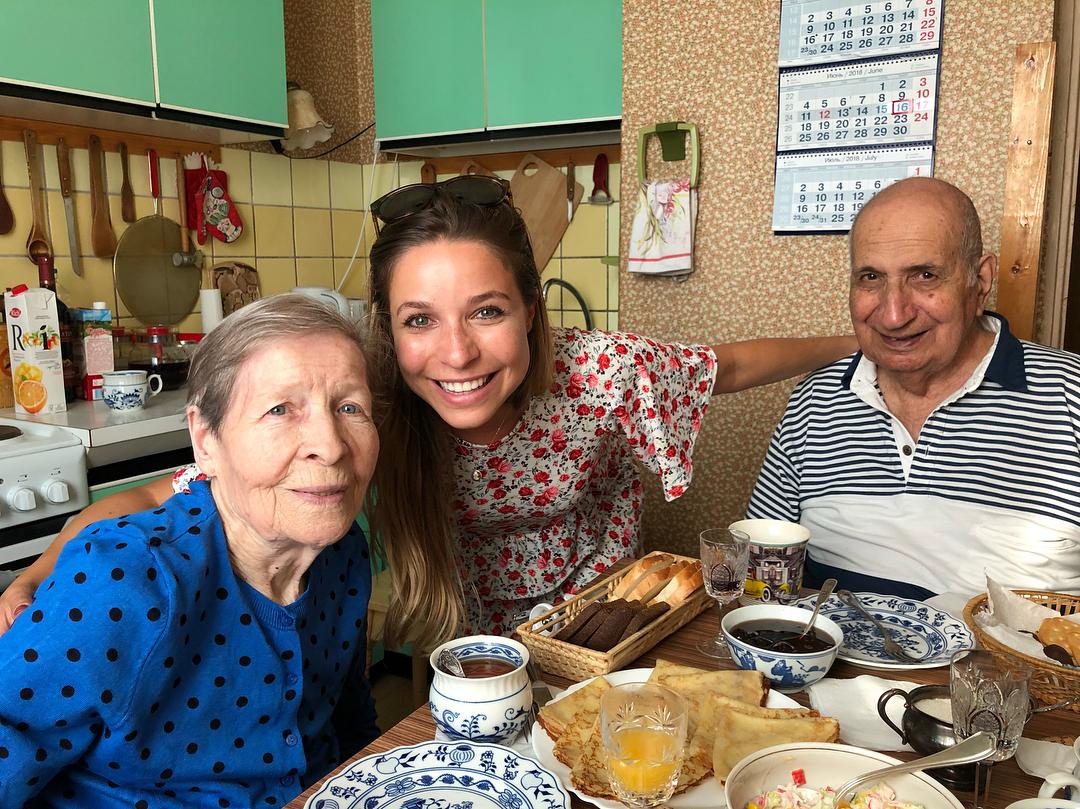 Кира с дедушкой и бабушкой.