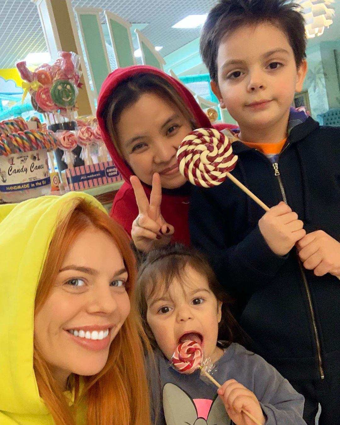 Анастасия Стоцкая в ресторане с детьми и их любимой няней-филиппинкой.