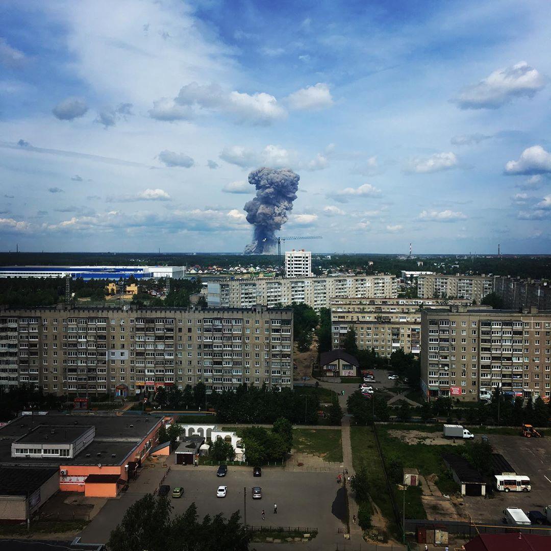 Буквально пару минут назад в Дзержинске прогремело два сильных взрыва! Скорее всего завод... был виден дым, потом огонь ...страшно ( #дзержинск #взрыв #завод #заводсвердлова