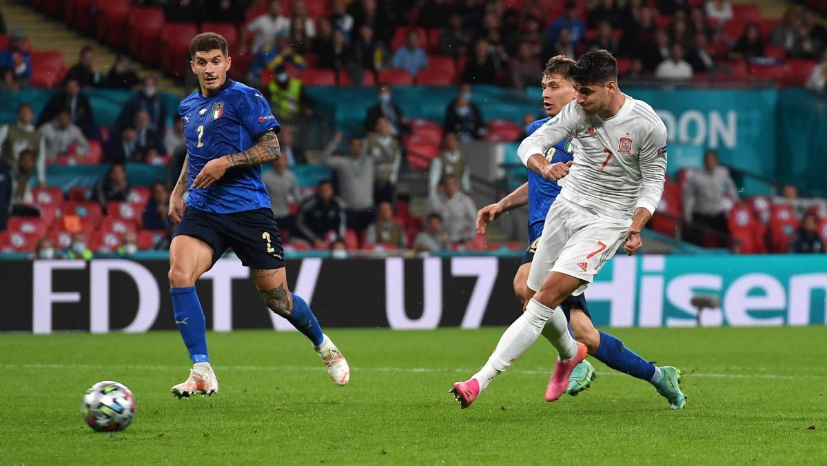 Альваро Мората забивает Италии с игры в полуфинале Евро-2020. Фото: REUTERS