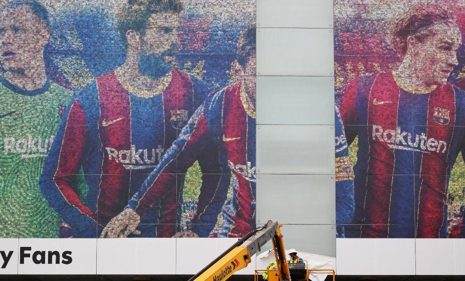 Месси вычеркивают с плакатов «Барселоны». Фото: Reuters