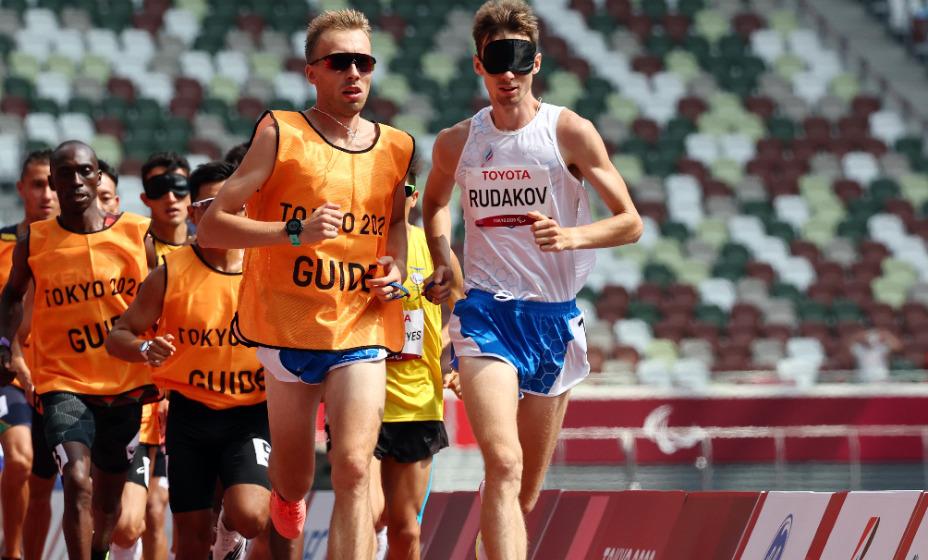 Российский бегун Федор Рудаков врезался в ограждение на Паралимпиаде. Фото: Reuters