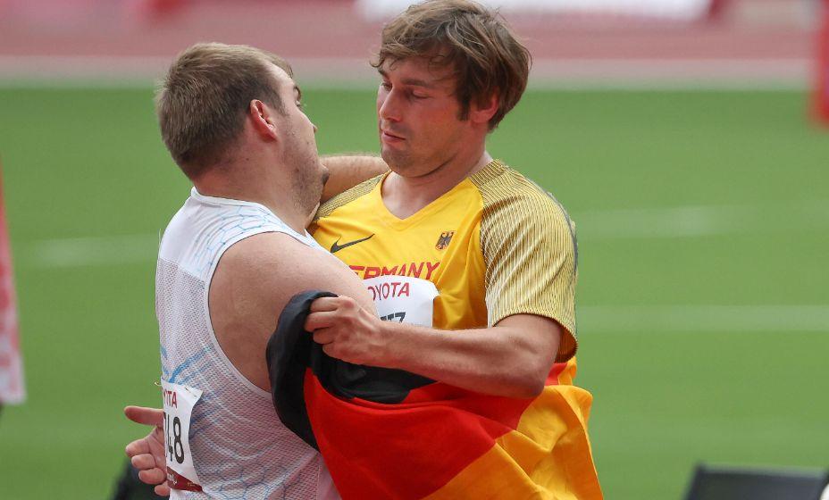 Россиянин Свиридов обнялся после завершения соревнований со спортсменом из Германии. Фото: Global Look Press