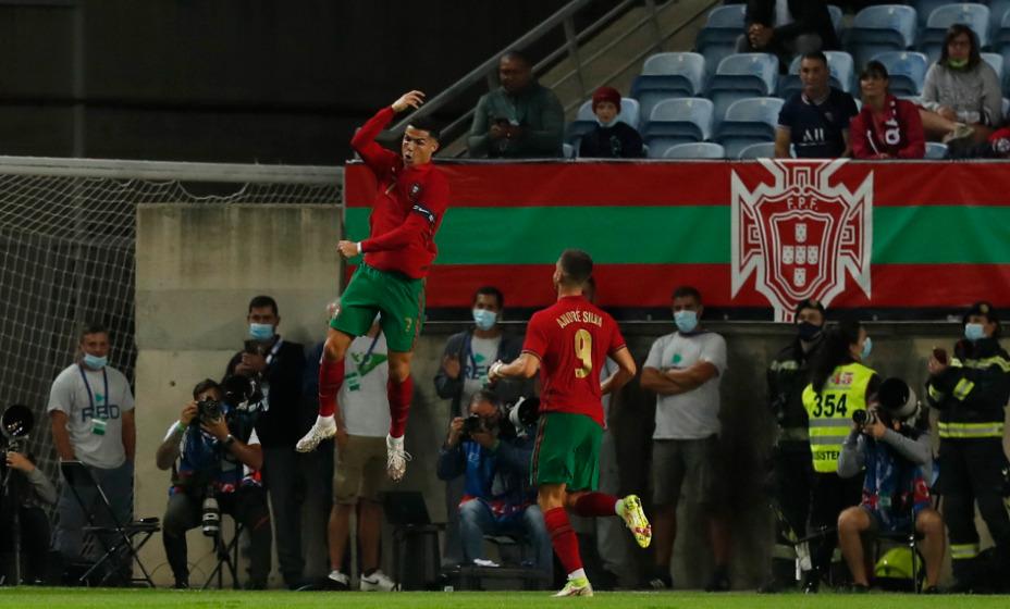 Криштиану Роналду забил очередной гол за сборную Португалии. Фото: Reuters