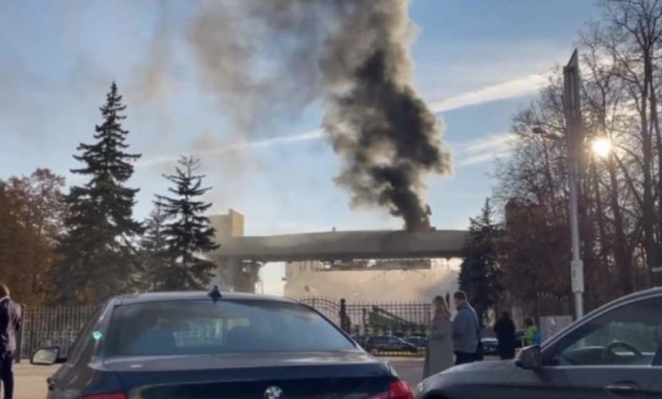 На крыше арены ЦСКА вспыхнул пожар. Фото: Скриншот Москва 24